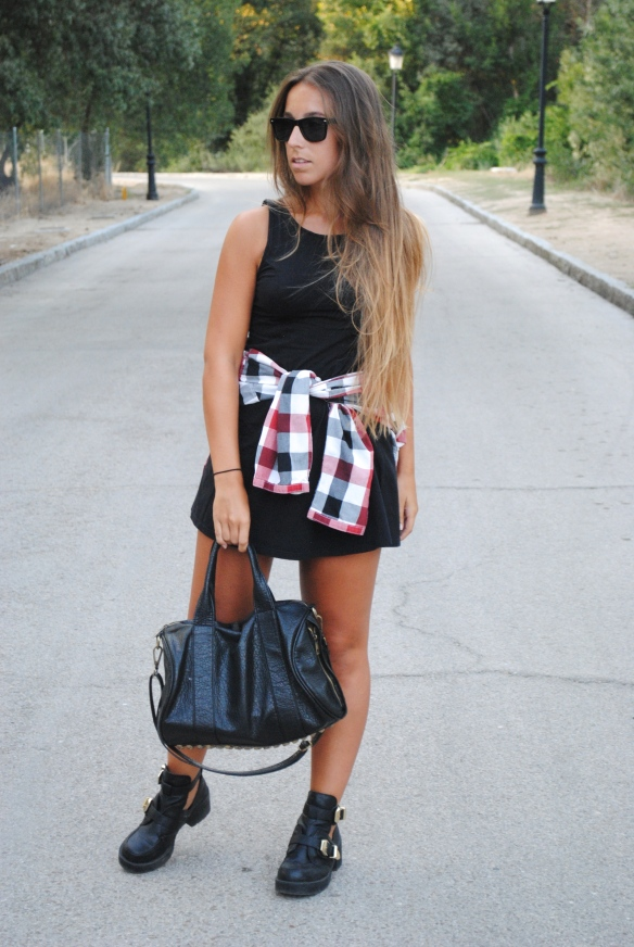 outfit black and plaid