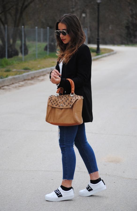 blazer y zapatillas