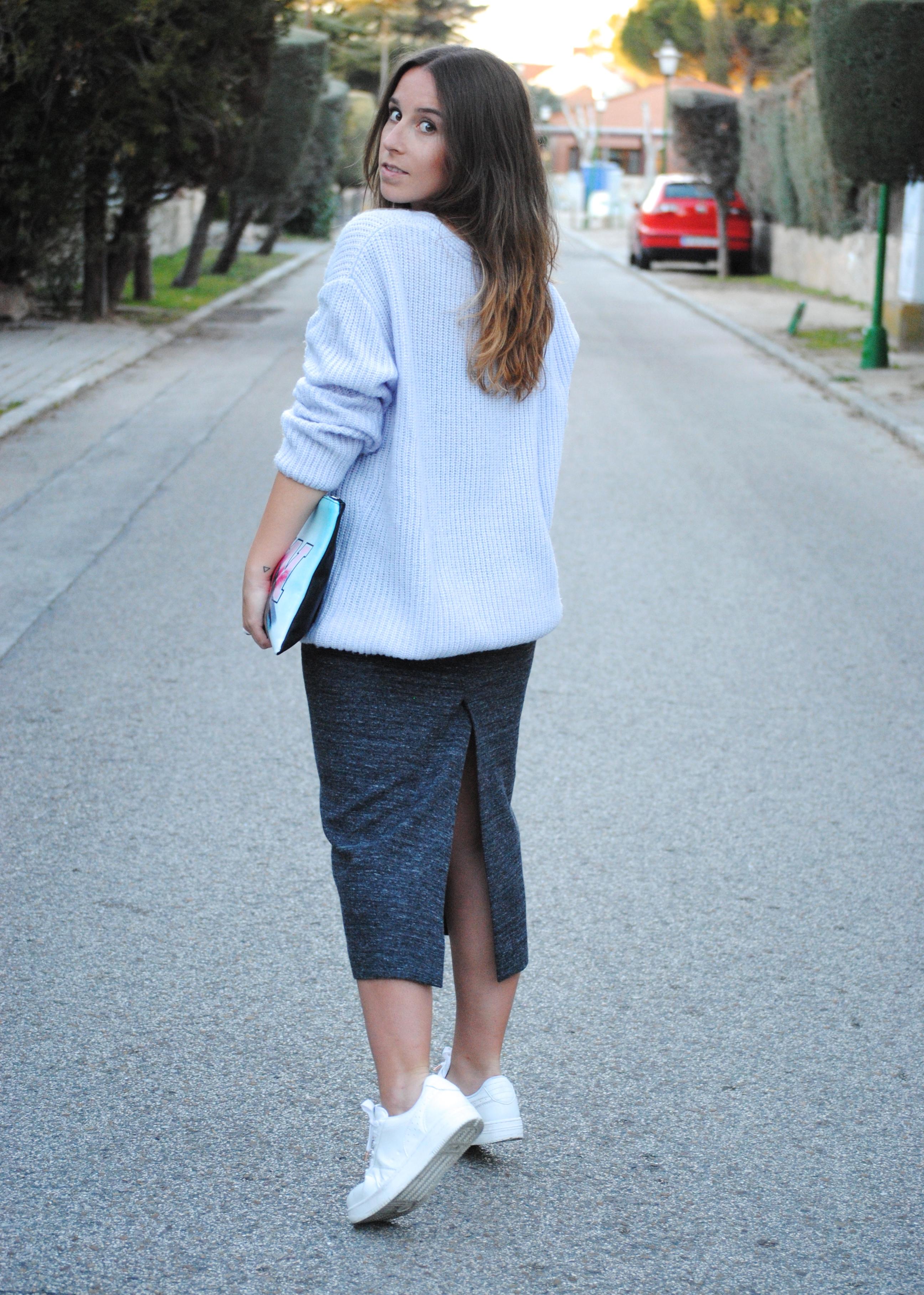 falda midi zapatillas